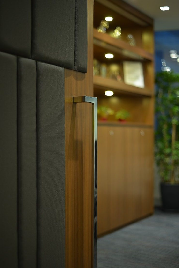 Conference Room Door:  Offices & stores by FINGO DESIGN & ASSOCIATES LTD.