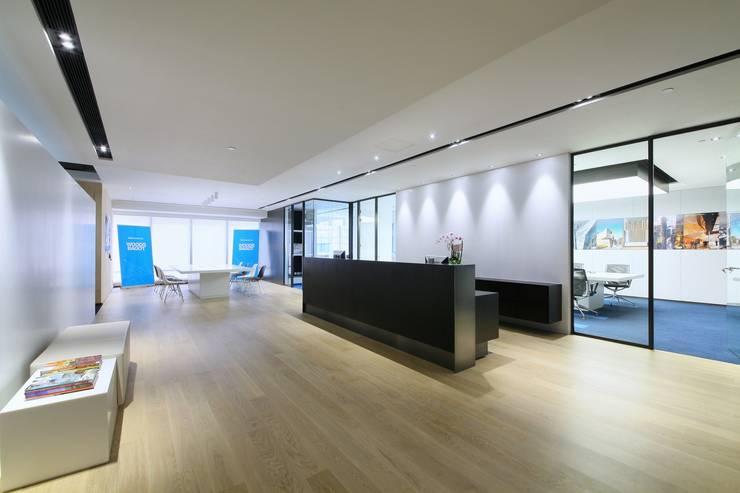 Reception Area:  Offices & stores by FINGO DESIGN & ASSOCIATES LTD., Minimalist