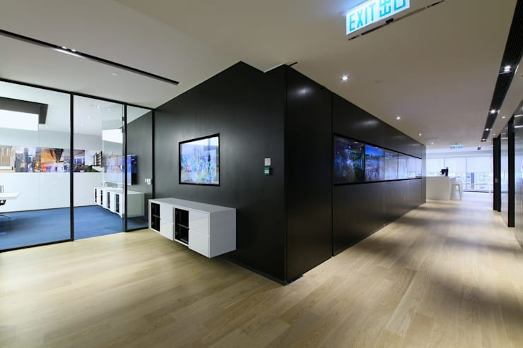 TV Wall:  Offices & stores by FINGO DESIGN & ASSOCIATES LTD.