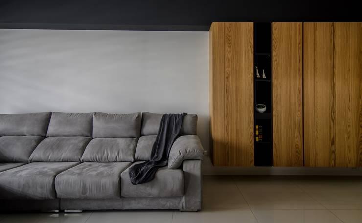 輕工業裡的北歐:  客廳 by 愛上生活室內設計