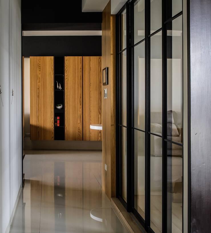 輕工業裡的北歐:  走廊 & 玄關 by 愛上生活室內設計