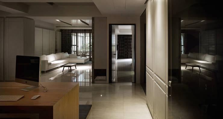 白色意境:  走廊 & 玄關 by 愛上生活室內設計