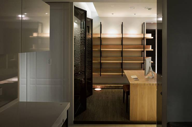 白色意境:  書房/辦公室 by 愛上生活室內設計