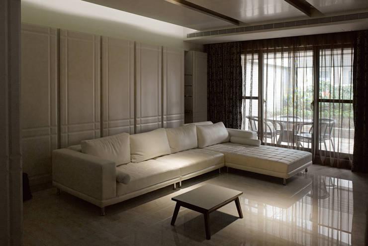 白色意境:  客廳 by 愛上生活室內設計