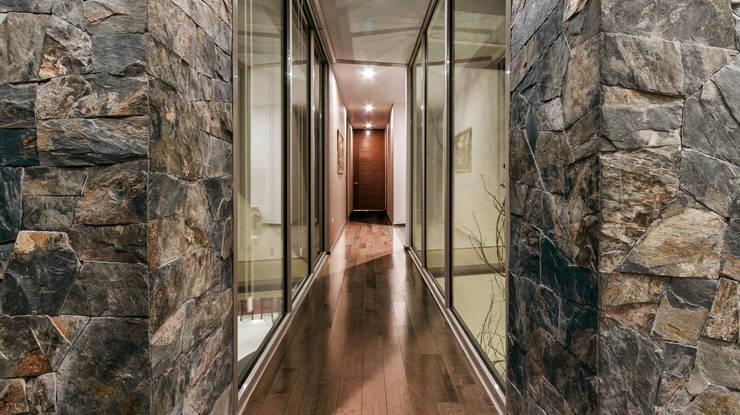 Pasillo planta alta: Pasillos y recibidores de estilo  por Loyola Arquitectos