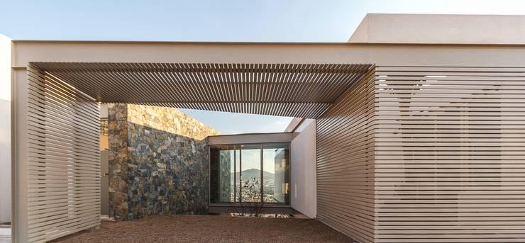 Detalle arquitectónico fachada: Techos de estilo  por Loyola Arquitectos