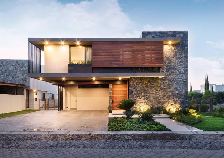 Fachada frontal: Casas de estilo  por Loyola Arquitectos