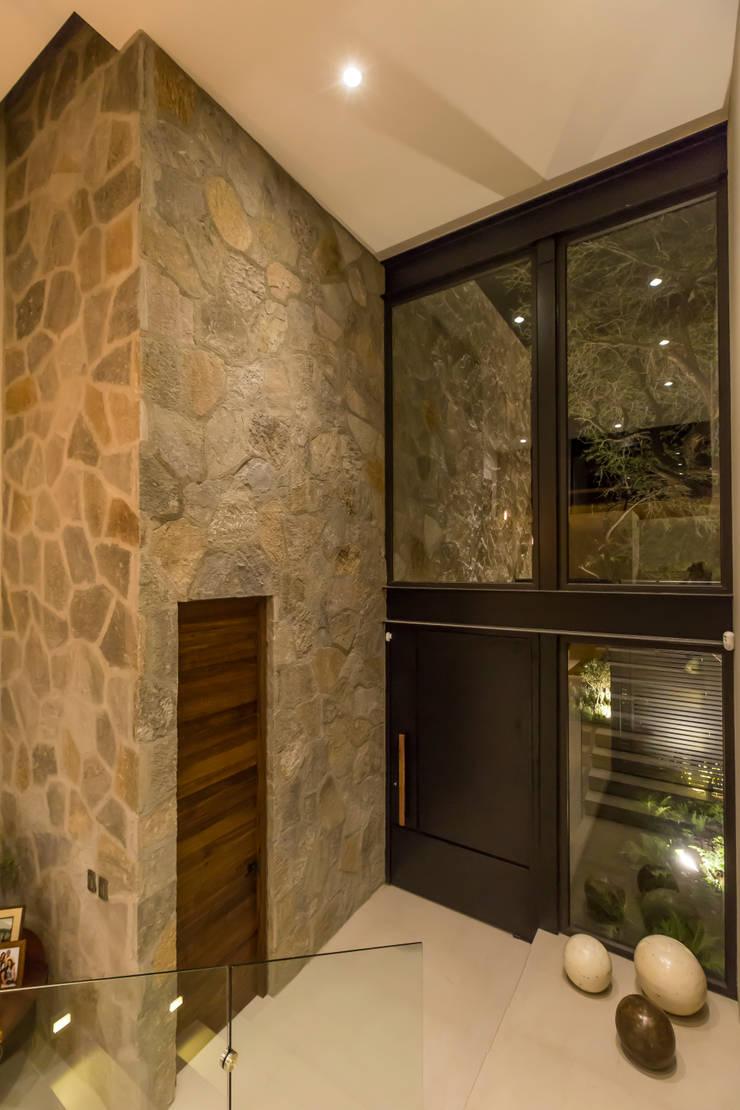 Corridor & hallway by Loyola Arquitectos