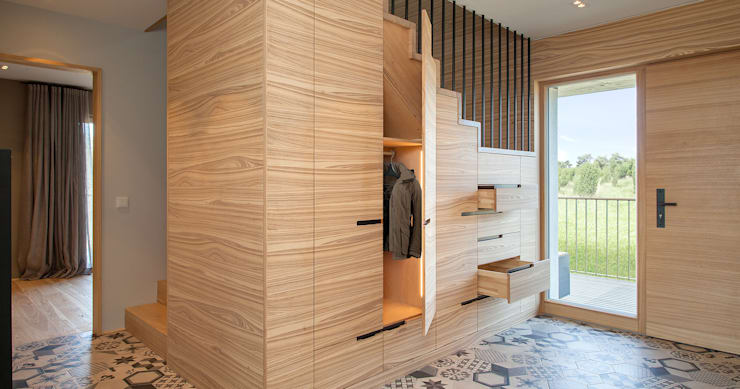 Country style corridor, hallway & stairs by Bau-Fritz GmbH & Co. KG Country