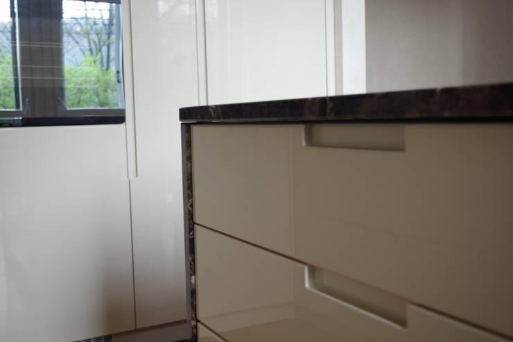 Cucina laccata lucido avorio con marmo emperador: Cucina attrezzata in stile  di Formarredo Due design 1967,