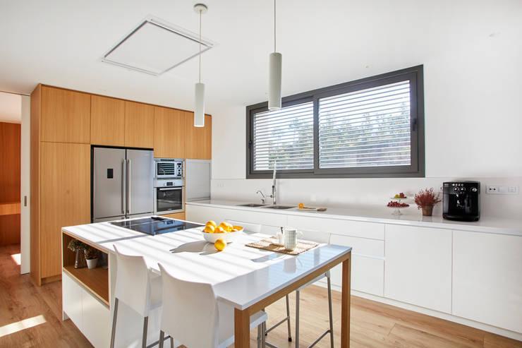 Cocina blanco y madera: Cocinas de estilo  de Laia Ubia Studio