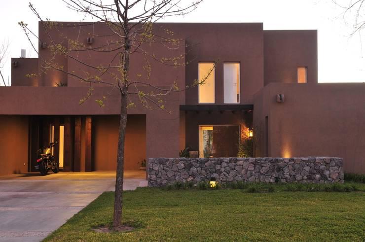 Casa TO Estilo Racionalista Rustico: Casas de estilo moderno por Estudio Medan Arquitectos