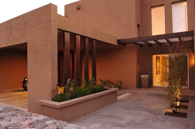 Casa TO Estilo Racionalista Rustico: Casas de campo de estilo  por Estudio Medan Arquitectos