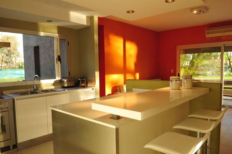 Casa TO Estilo Racionalista Rustico: Cocinas de estilo moderno por Estudio Medan Arquitectos