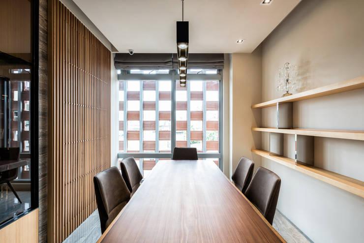 住空間-三峽:  餐廳 by 青易國際設計