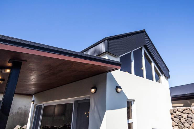 제주 두모리 주택: 더 이레츠 건축가 그룹의  지붕