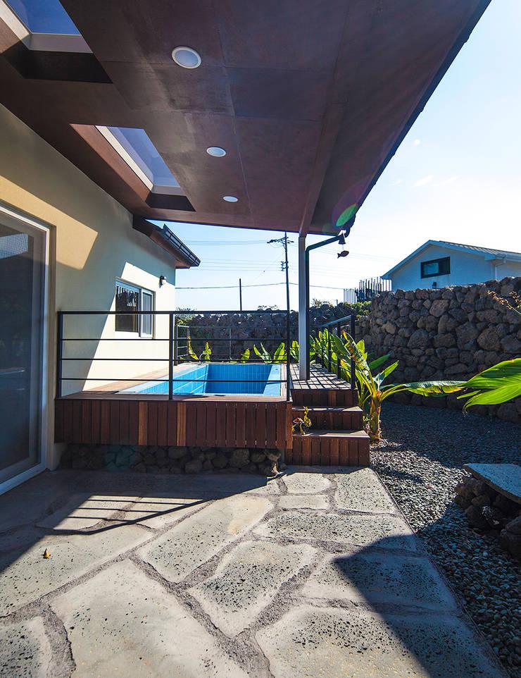 제주 두모리 주택: 더 이레츠 건축가 그룹의  수영장