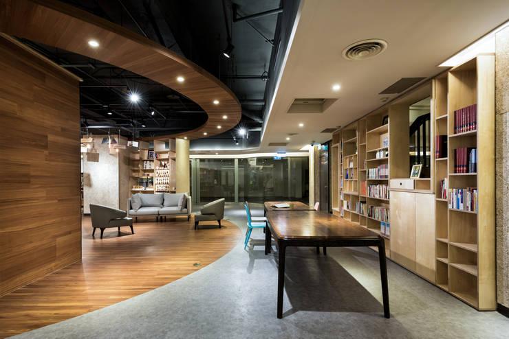 開放式空間的場地大小適合做各種發表會:  商業空間 by 青易國際設計