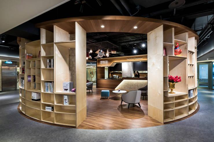 大量的置物櫃設計可以放許多藏書與裝飾品:  商業空間 by 青易國際設計