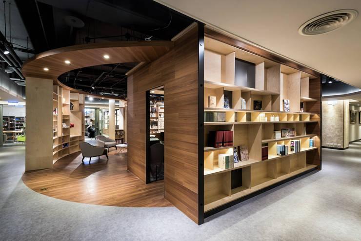 大量的置物櫃設計可以放許多藏書與裝飾品:  活動場地 by 青易國際設計