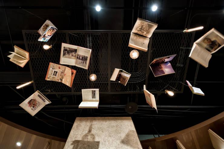 天花板吊飾也以書本為題:  活動場地 by 青易國際設計