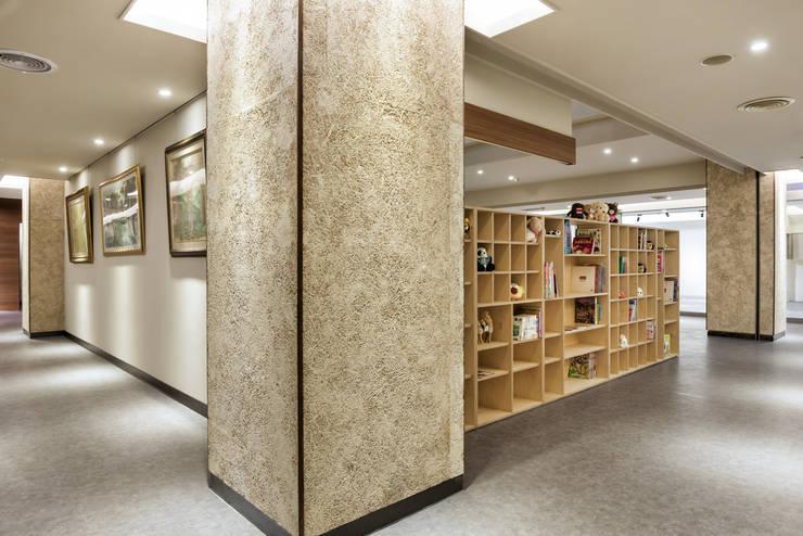 牆壁也可掛上許多畫作等藝術品:  商業空間 by 青易國際設計