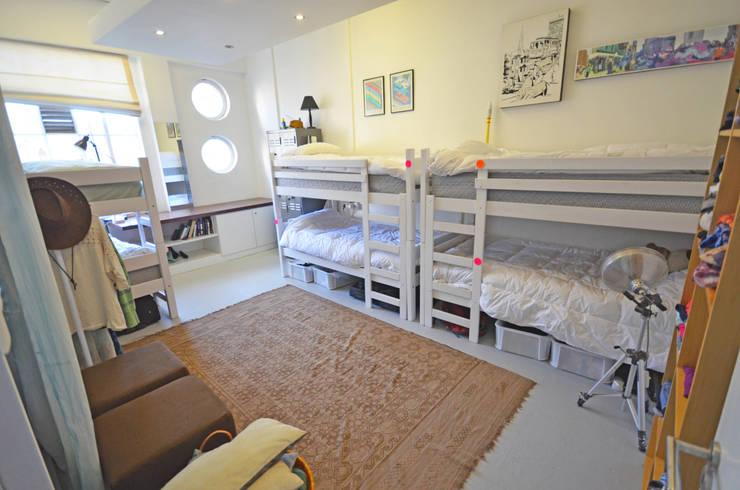 volunteer bedrooms:  Bedroom by Till Manecke:Architect
