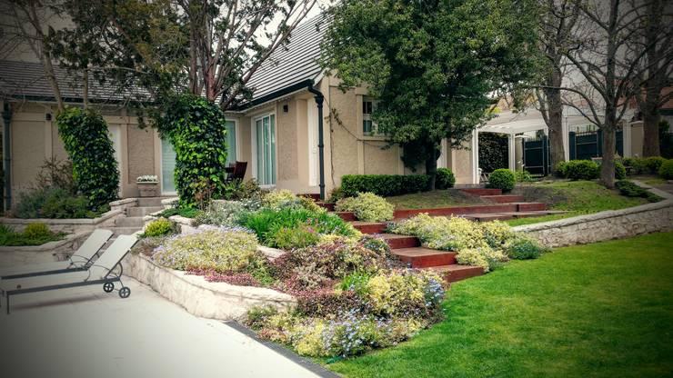 Jardín Clásico Refurnished: Jardines de estilo  por Vivero Antoniucci S.A.