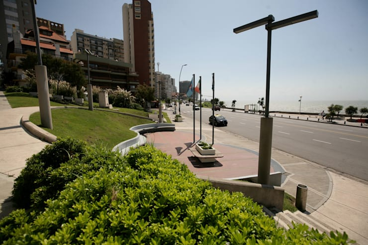 Plazoleta frente al mar: Jardines de estilo  por Vivero Antoniucci S.A.,
