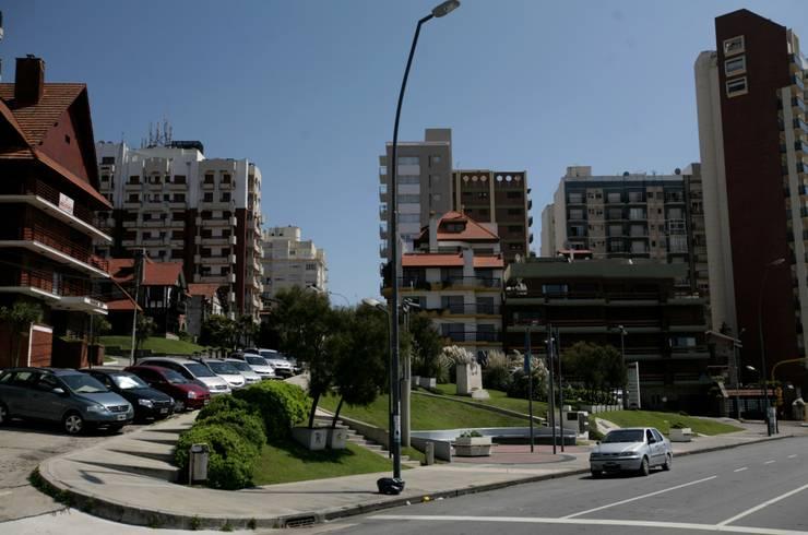 Plazoleta frente al mar : Jardines de estilo  por Vivero Antoniucci S.A.,