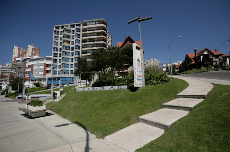 Plazoleta Alberto del Solar - Mar del Plata: Jardines de estilo  por Vivero Antoniucci S.A.,