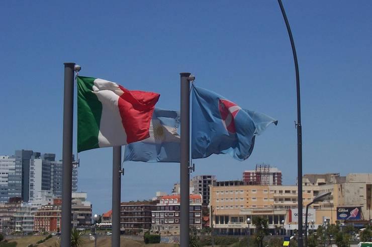 Las banderas: Jardines de estilo  por Vivero Antoniucci S.A.,