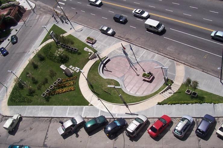 Vista desde los edificios : Jardines de estilo  por Vivero Antoniucci S.A.,
