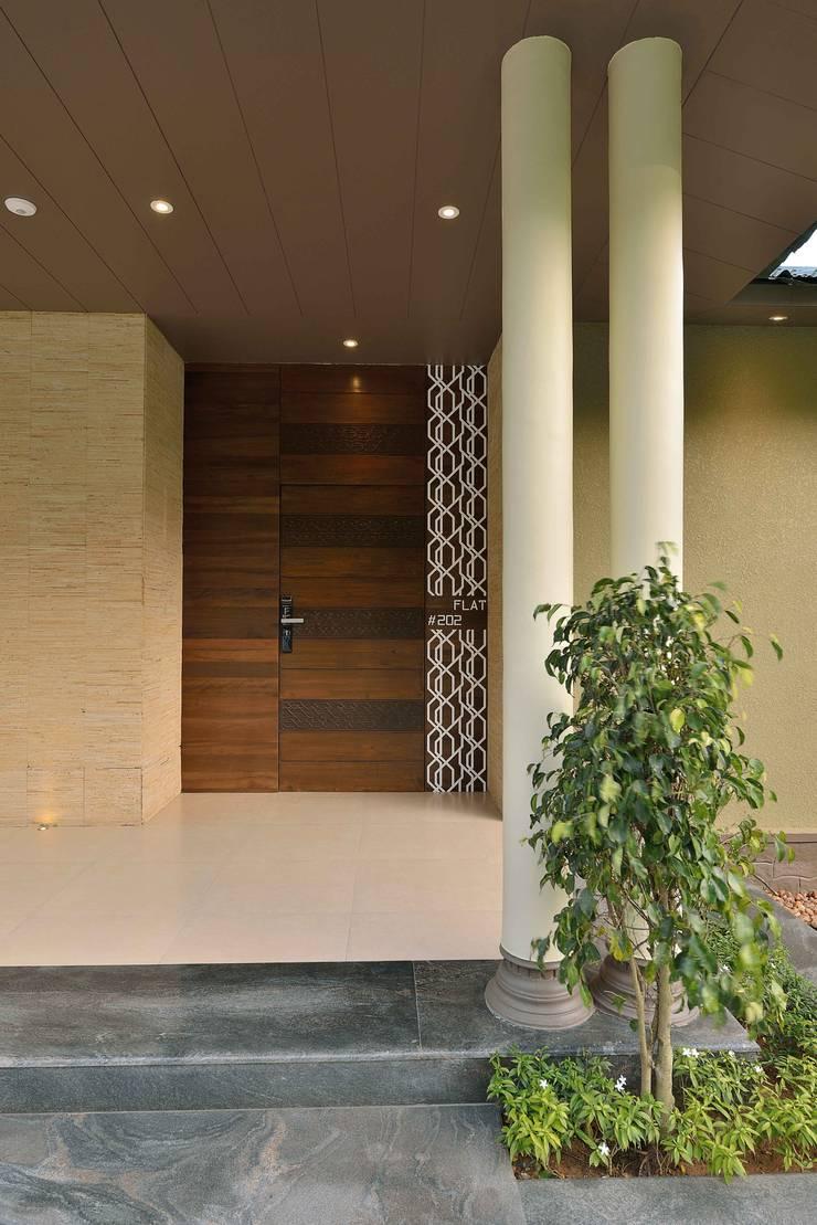 HEERA BLUE WATERS:  Doors by smstudio,Modern