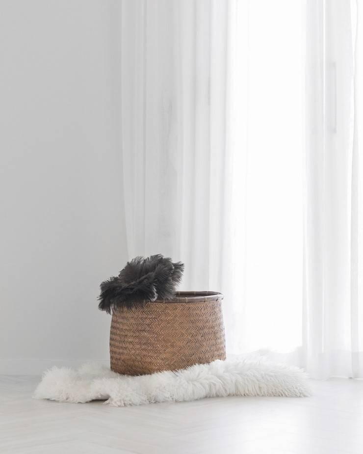 화이트와 우드로 아늑한 갤러리처럼 꾸민 30평대 아파트 인테리어: husk design 허스크디자인의  거실