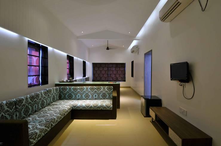 RESORT AT UMBERGAON:  Living room by smstudio,Modern