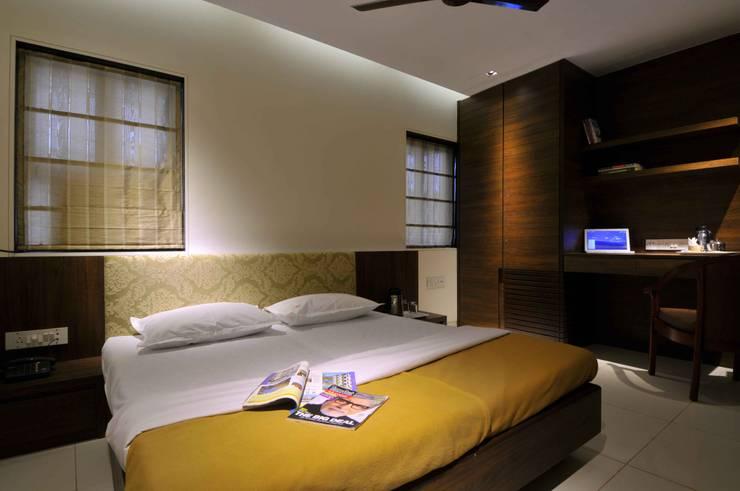 RESORT AT UMBERGAON:  Bedroom by smstudio,Modern