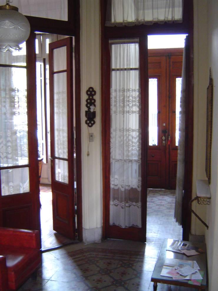 Estado original - acceso a vivienda : Pasillos y recibidores de estilo  por arq.c2