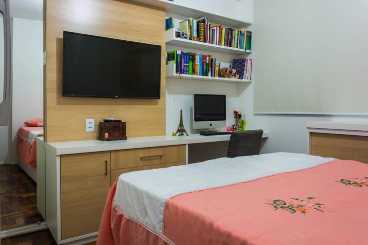 Vista do painel com home office: Quartos  por Joana Rezende Arquitetura e Arte