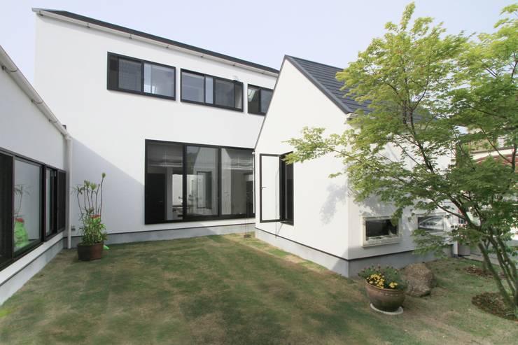 小屋のある中庭: 石川淳建築設計事務所が手掛けた庭です。