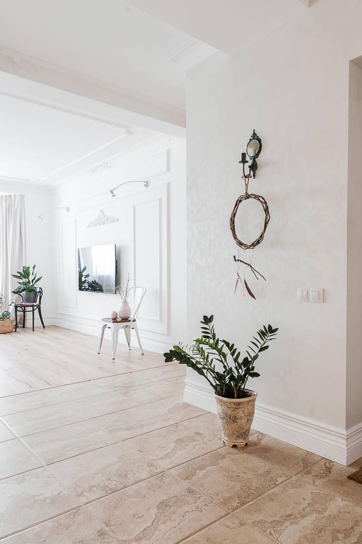 Pasillos, vestíbulos y escaleras de estilo moderno de 'Студия дизайна Марины Кутеповой' Moderno