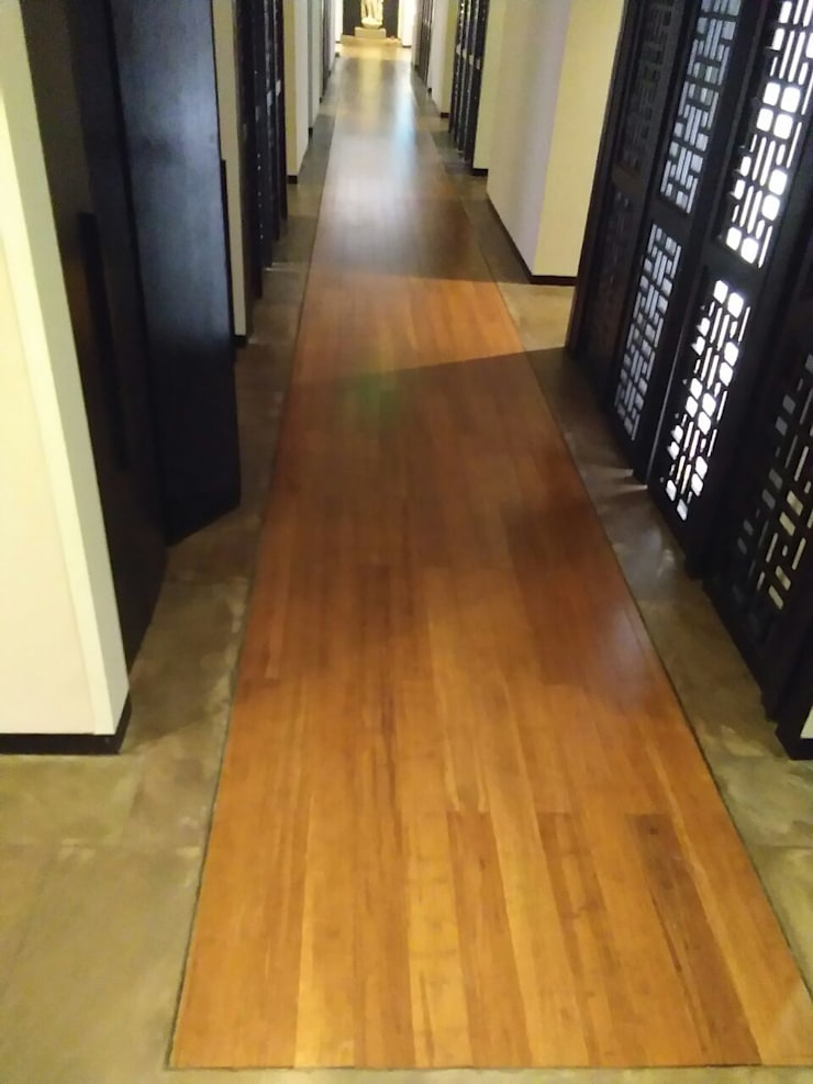 Bamboo flooring at SPA in Lodhi Hotel:  Corridor & hallway by Opulo India,Tropical Bamboo Green