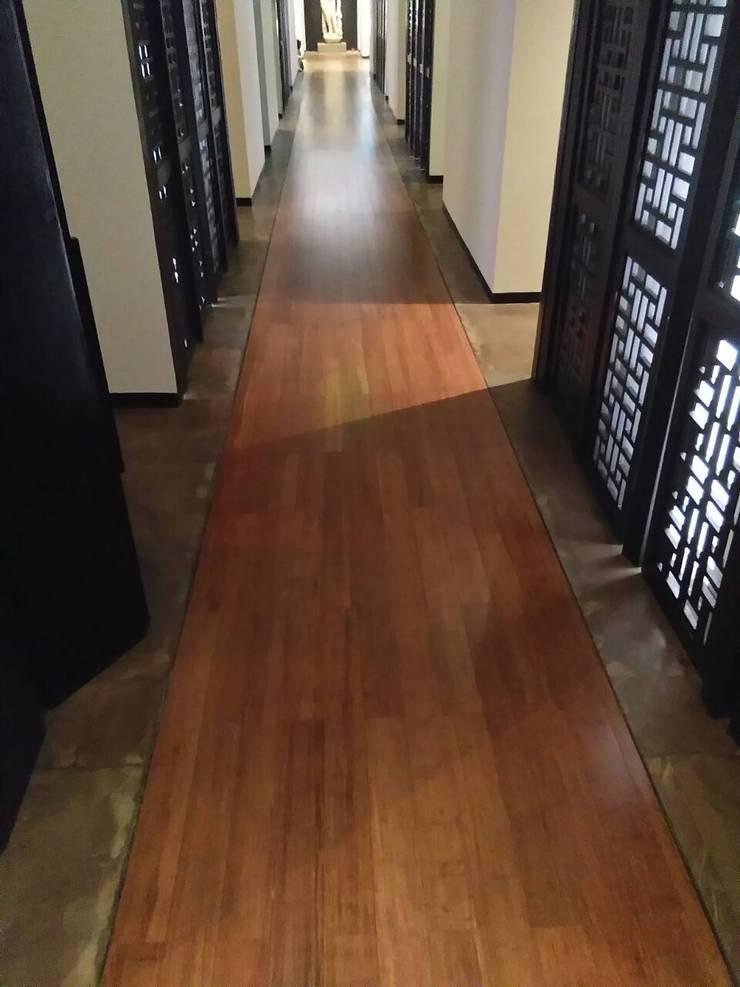 Bamboo flooring at Lodhi Hotel:  Corridor & hallway by Opulo India,Tropical Bamboo Green