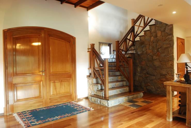 Country Normando: Pasillos y recibidores de estilo  por CIBA ARQUITECTURA