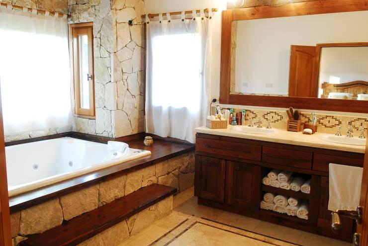 Country Normando: Baños de estilo  por CIBA ARQUITECTURA