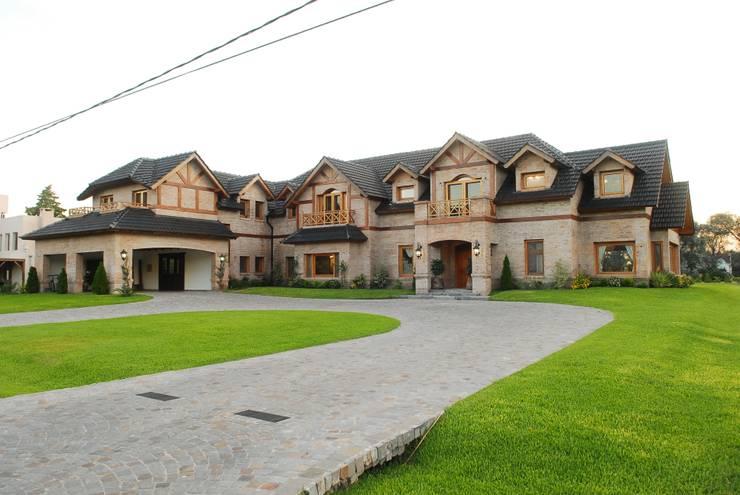 Country Normando: Casas unifamiliares de estilo  por CIBA ARQUITECTURA