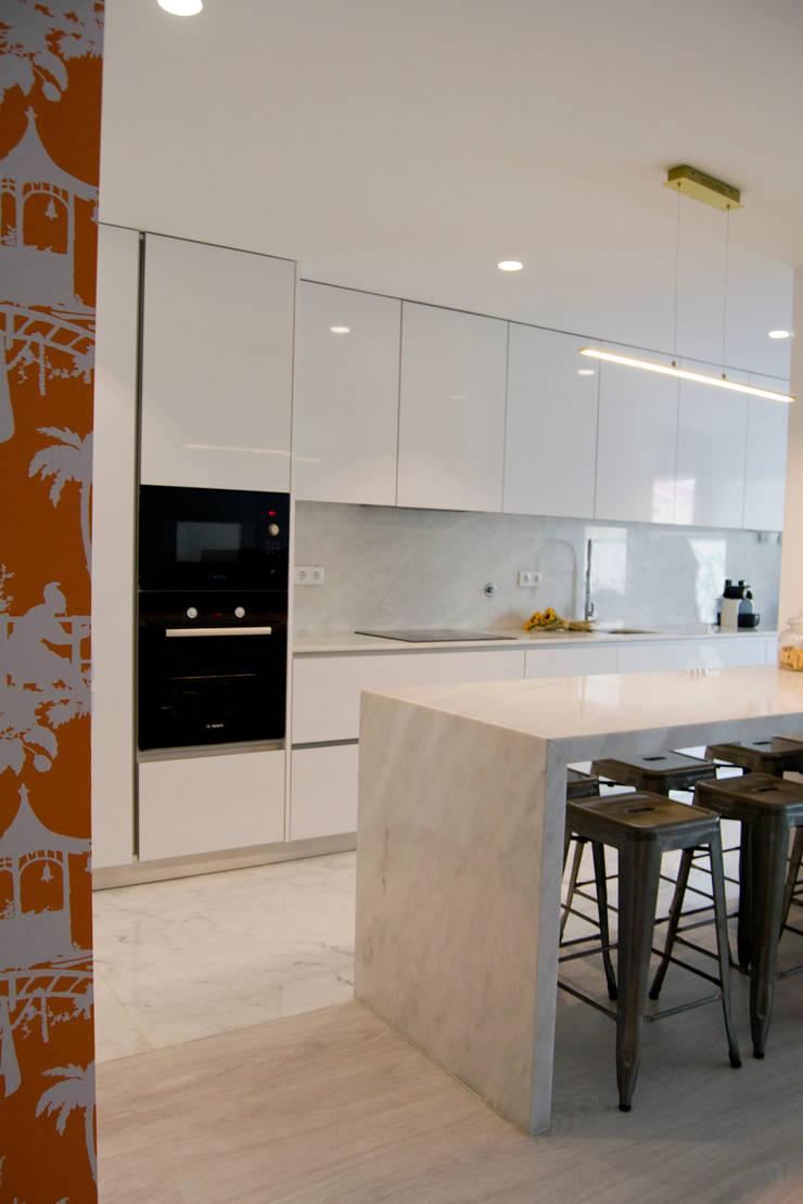 Cozinha: Armários de cozinha  por Tangerinas e Pêssegos - Design de Interiores & Decoração no Porto