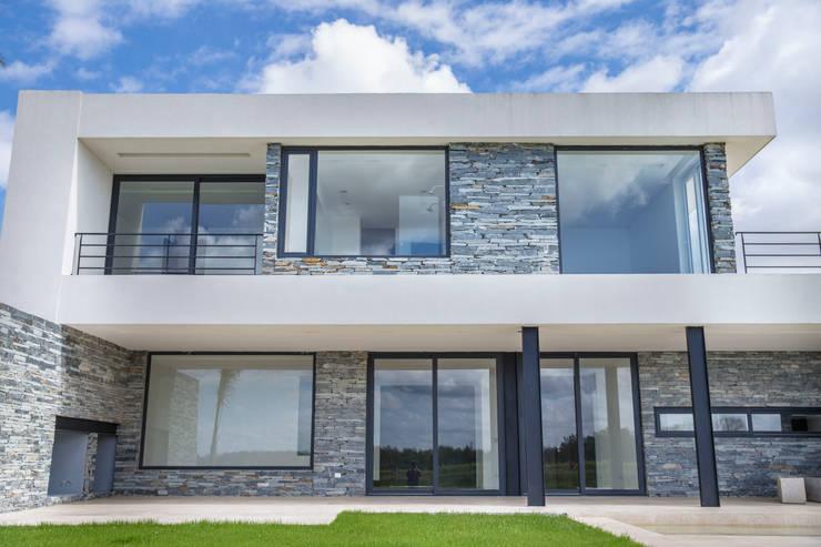 Estilo Moderno: Casas unifamiliares de estilo  por CIBA ARQUITECTURA,
