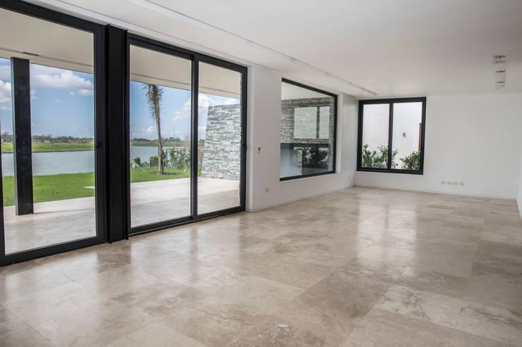 Estilo Moderno: Livings de estilo  por CIBA ARQUITECTURA
