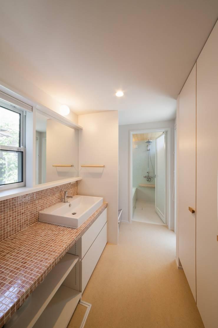 Salle de bain scandinave par HAN環境・建築設計事務所 Scandinave